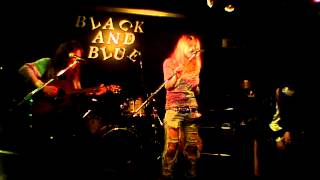 2015/3/6 吉祥寺BLACK&BLUE 弾語りをしてる今泉まなと、バンド音々屋(ね...