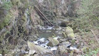 Водопад,плавно переходит в маленькую речку
