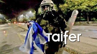 Αστυνομικός σώζει την Ελληνική σημαία από κάψιμο στο Πολυτεχνείο