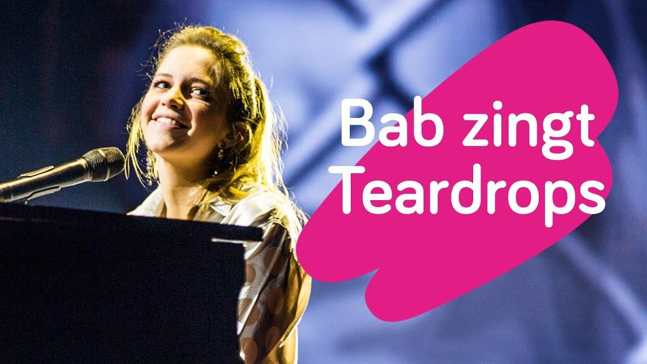 Bab Buelens: Bab Buelens Speelt Zelf Piano Tijdens Ontroerende Versie