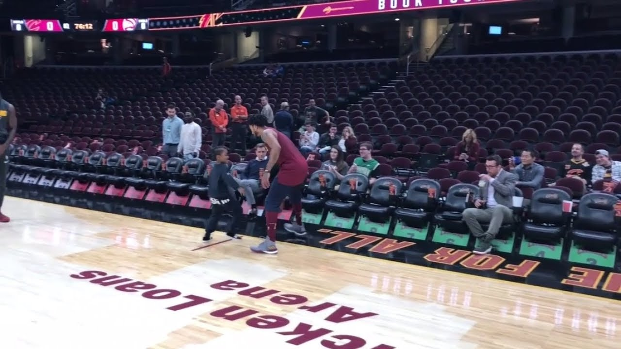 2506b10cecf Derrick Rose stripped by son during pregame warmups