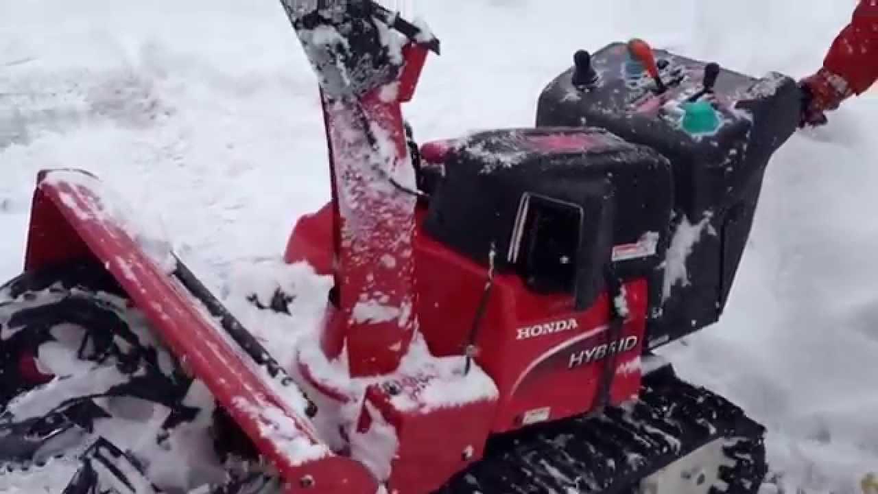 ホンダのハイブリッド除雪機を使った雪かきのデモ - YouTube