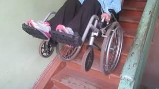 Экстрим: спуск по лестнице на инвалидной коляске (способ 1)