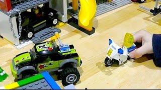 Зомбики на мотоцикле. Играем в Лего сити