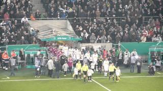 DFB Pokal: Pokalsieg Borussia Mönchengladbach gegen Schalke 04 - Einlauf der Mannschaften