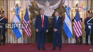 ترامب يلقي بسماعة الترجمة في الأرض أثناء لقائه برئيس الأرجنتين! ـ (فيديو)