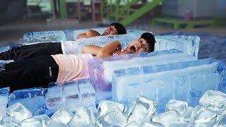 เป็นคุณจะทนได้ไหม! นอนแช่น้ำแข็งแข่งกับเพื่อน