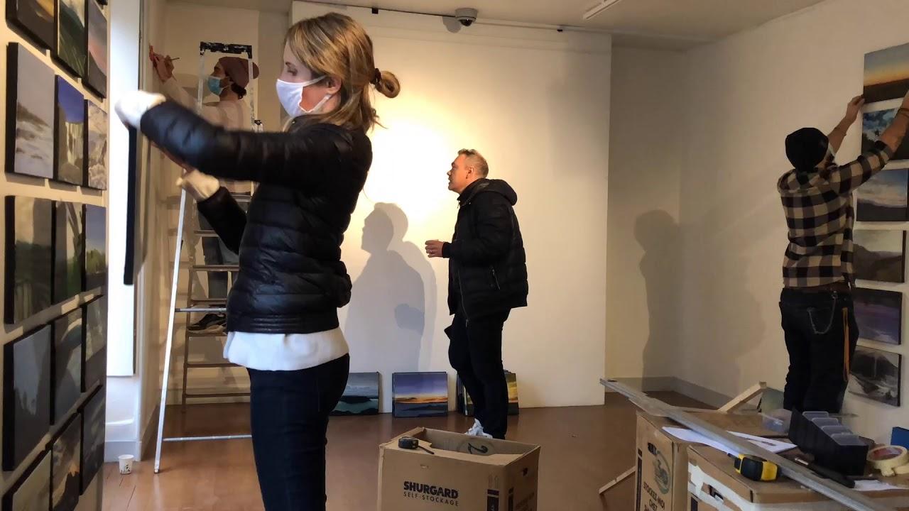 """Montage de l'exposition """"La peinture dévoilée"""" d'Olivier Masmonteil"""