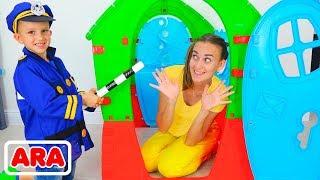 فلاد ونيكيتا يتظاهر باللعب مع منزل الشرطة للأطفال