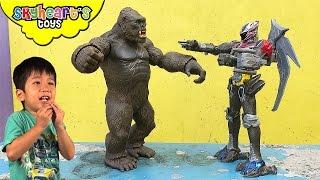 GIANT GORILLA vs. TODDLER *** King Kong attacks Power Rangers Megazord playtme kids monster toys