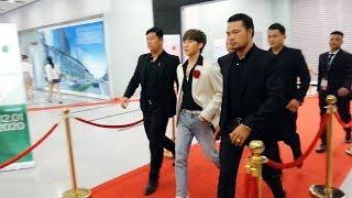 Sơn Tùng M-TP được dàn vệ sĩ hùng hậu HỘ TỐNG rời khỏi Gala WeChoice Awards 2019