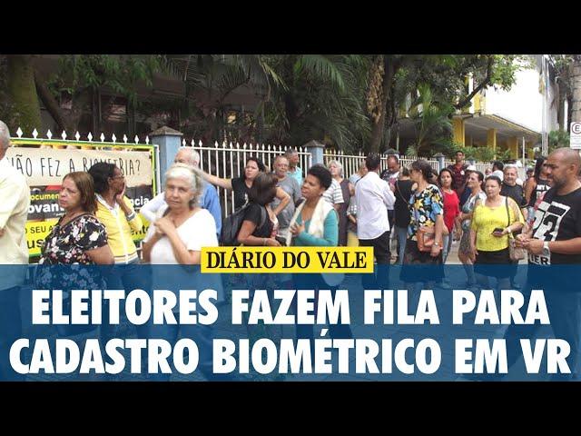Eleitores fazem fila para cadastro biométrico em Volta Redonda