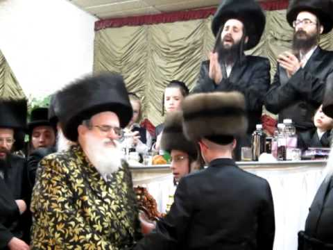 Viznitz Vien Bar Mitzvah, Admor Viznitz dancing with twin einiklach