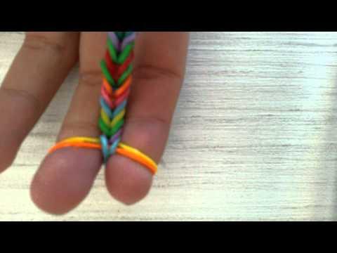 Как плести браслеты из резинок на пальцах видео