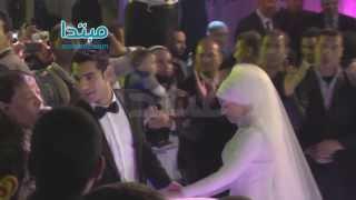 صلاح وزوجته يرقصا مع عبد الباسط حموده فى حفل زفافهم