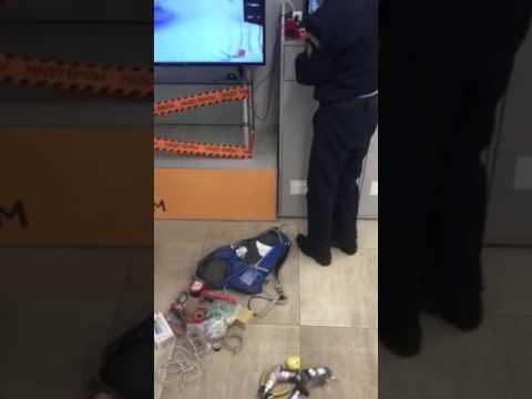 Вот так приходится проходить фейс-контроль в магазине Эльдорадо