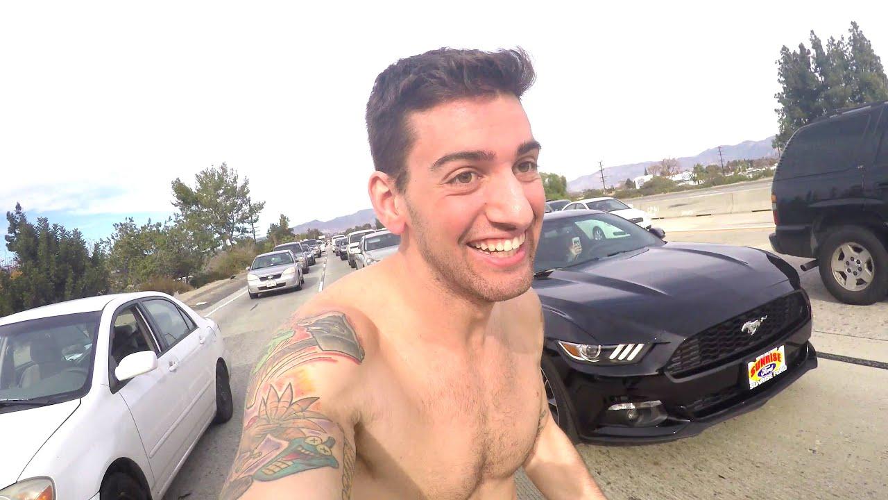 Youtuber Joey Salads da seu pau de presente para um amigo