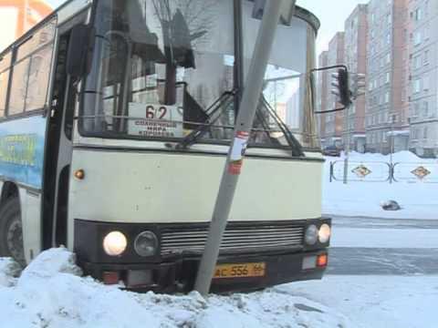 Автобус врезался в светофор