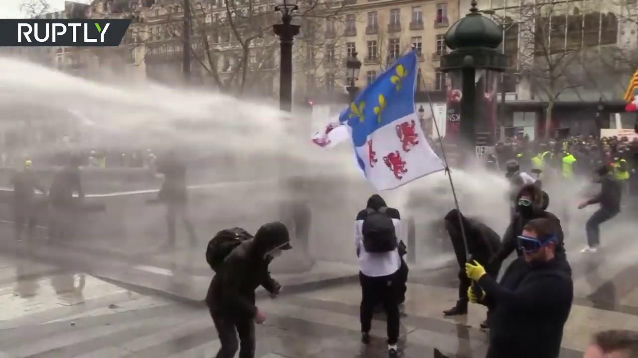 В Париже продолжаются столкновения «Жёлтых жилетов» с полицией