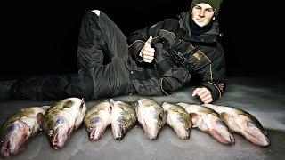 ЖОР СУДАКА НОЧЬЮ ХОРОШО ЧТО ЛУНКА БЫЛА БОЛЬШАЯ Зимняя рыбалка 2021
