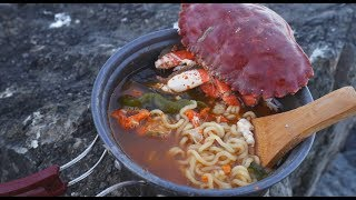 Freshest Crab Seafood Noodle Soup On the Rock, Crab Catch and Cook  超级新鲜螃蟹海鲜面