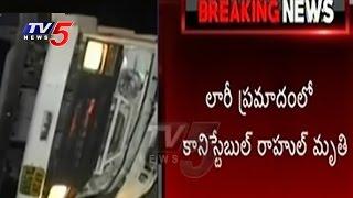 Horrible Road Accident In Hyd | Constable Spot Dead, 3 In Critical Stage | TV5 News