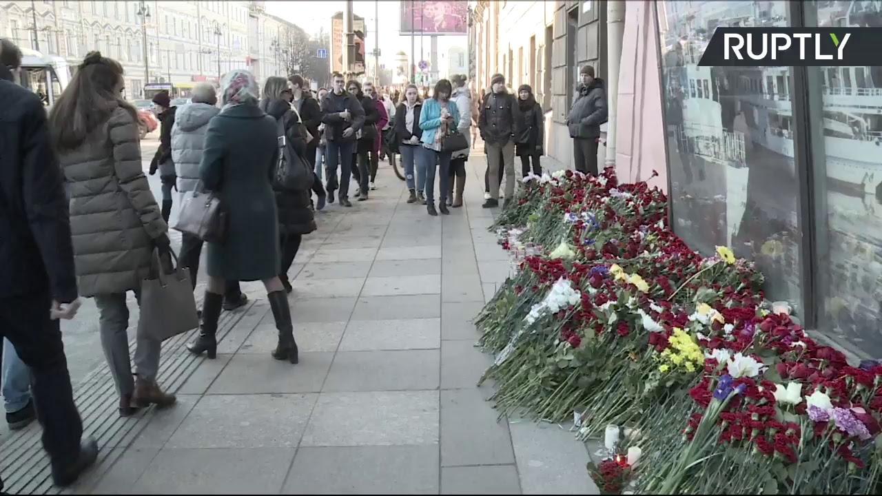 В Санкт-Петербурге люди несут цветы ко входу на станцию метро «Технологический институт»
