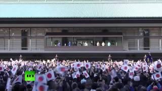 上千日本人来到皇宫向明仁天皇祝贺新年