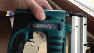 Аккумуляторный шпилькозабивной пистолет Makita BPT350 в работе(Makita BPT350, V14.4, шпильки 18-35мм, сечение 0,6мм. В сравнении с пневмошпилечником, у аккумуляторного достаточно ощут..., 2013-06-23T14:46:04.000Z)
