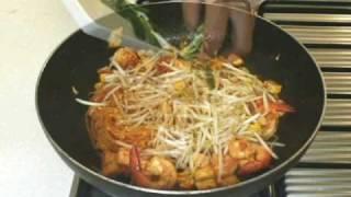 Repeat youtube video สูตรอาหารไทย: ผัดไทย โดย Lobo (www.lobo.co.th)