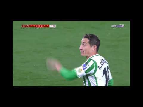 Andrés Guardado defiende a Diego lainez real Betis