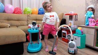 Ева помогает маме убирать в доме. Играет в набор для уборки