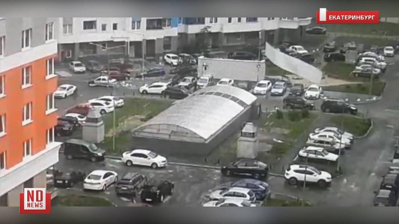 Ураган в Екатеринбурге. Ветер срывает крыши и валит деревья