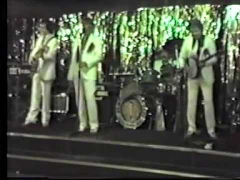 """the new vaudeville band ..live in manchester """" poor sound"""" 1980s !!!!!"""