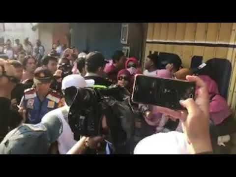 Surabaya - Dengan Kasar Emak-Emak Peserta Aksi  Deklarasi di Bubarkan Polisi