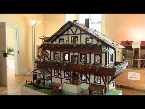 winfried-gärtner-stellt-selbstgebaute-puppenhäuser-aus