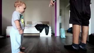 Padre e hijo protagonizan adorable duelo de