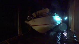 Venezia,  acqua alta: imbarcazioni e gondole incastrate tra i palazzi