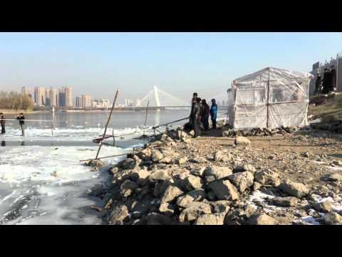 Eisbaden in Shenyang River China -18 Grad