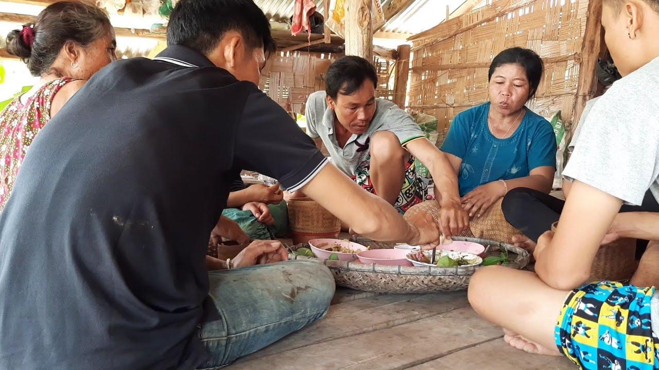 ep170 แกงหน่อไม้เขยหล่ากินข้าวกับแม่ นานๆทีได้มากินนำเพี่นและครอบครัวอบอุ่นดี