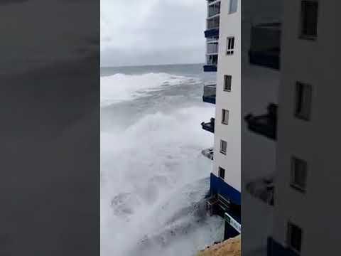 Wellen zerstören Balkone eines Wohnhauses auf Teneriffa