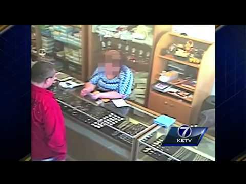 Police looking for man who used sleight of hand to steal gold necklace