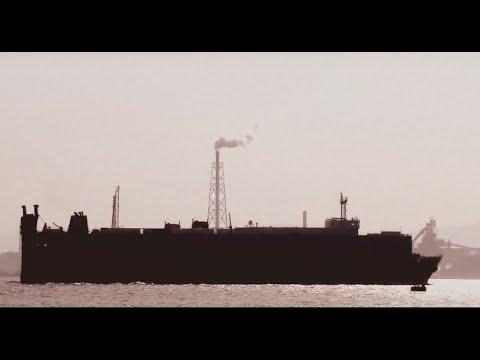 関門海峡を行き交う船たち
