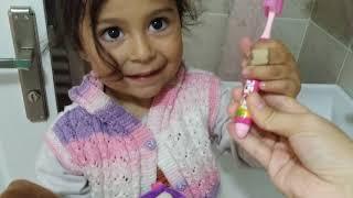 Ayşe Ebrar Niloya ya Diş Fırçalamayı Öğretiyor | Ama Yaramaz Niloya Saklanmış