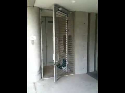 マンション駐車場出入口 スチールドア 開き戸用後付け自動ドア装置 Youtube