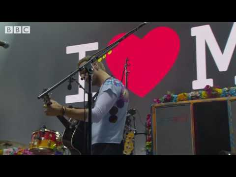 "Liam Gallagher featuring Coldplay's Chris Martin & Jonny Buckland - ""Live Forever"" in Manchester"