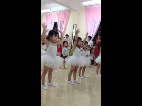 Bé Bun học múa