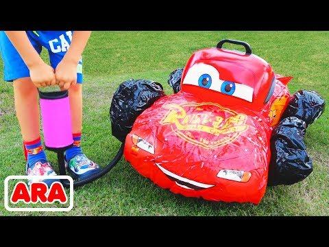 فلاد الطفل يتظاهر اللعب مع سيارات لعبة مكسورة