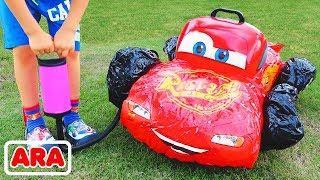 الطفل فلاد يلعب مع السيارات اللعبة المكسورة