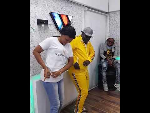 Download Mishi zele na mfalme mzee yussuf wakicheza style mpya ya vidole viwili chini